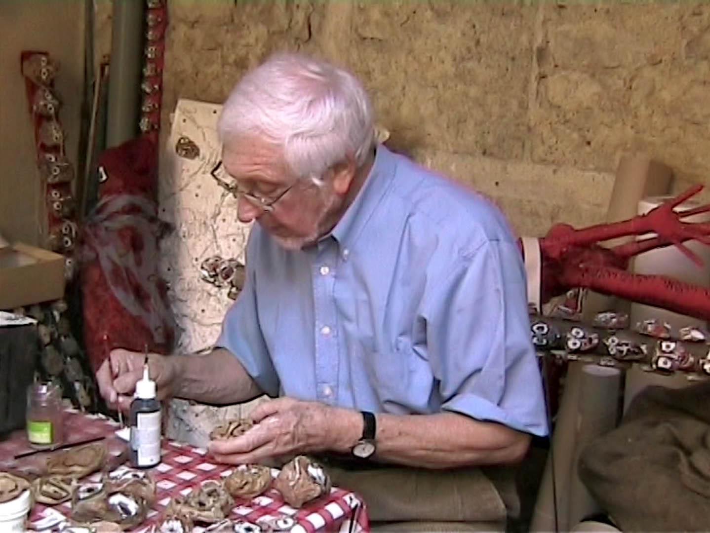 l'artiste Jacques Braunstein en train de travailler sur les pierres pour leur redonner vie.